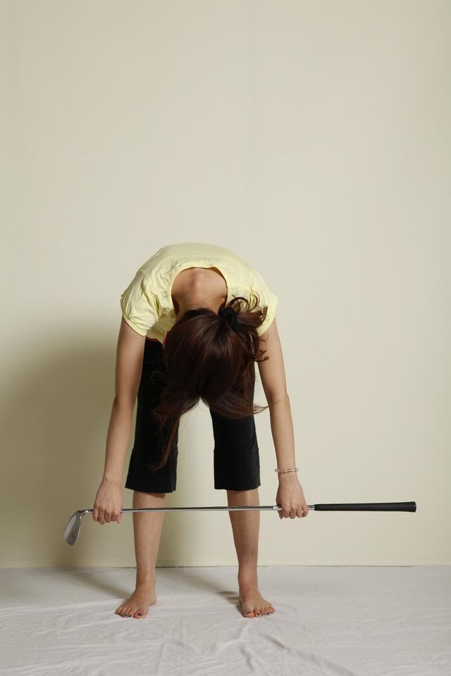 画像: 2:背骨を少しずつ曲げる(息を吐きながら)