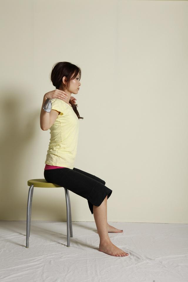 画像: 1:椅子に浅く腰かけ両脚は大きく広げる