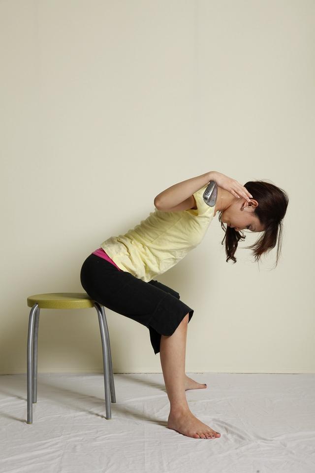 画像: 4:曲げた背骨をゆっくり反らしていく