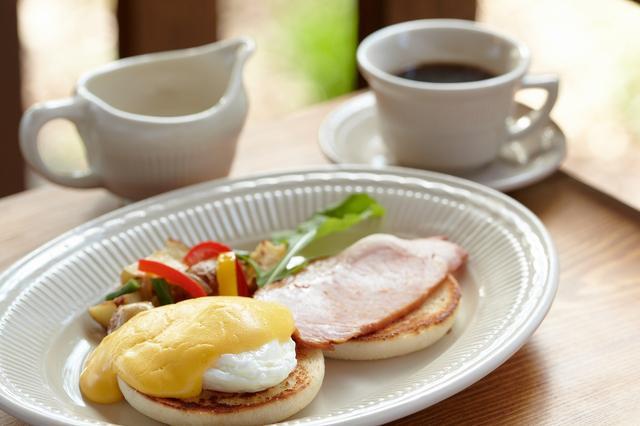 画像: エッグベネディクトは卵黄とバターとレモンのソースでいただく。軽井沢製ハムも美味。