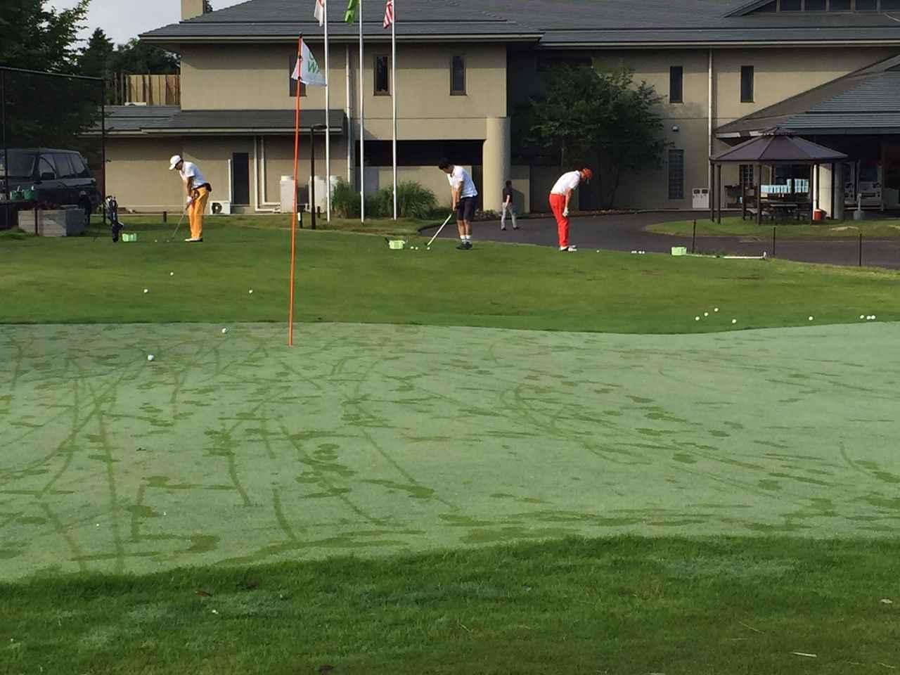 画像: 朝イチのアプローチ練習場