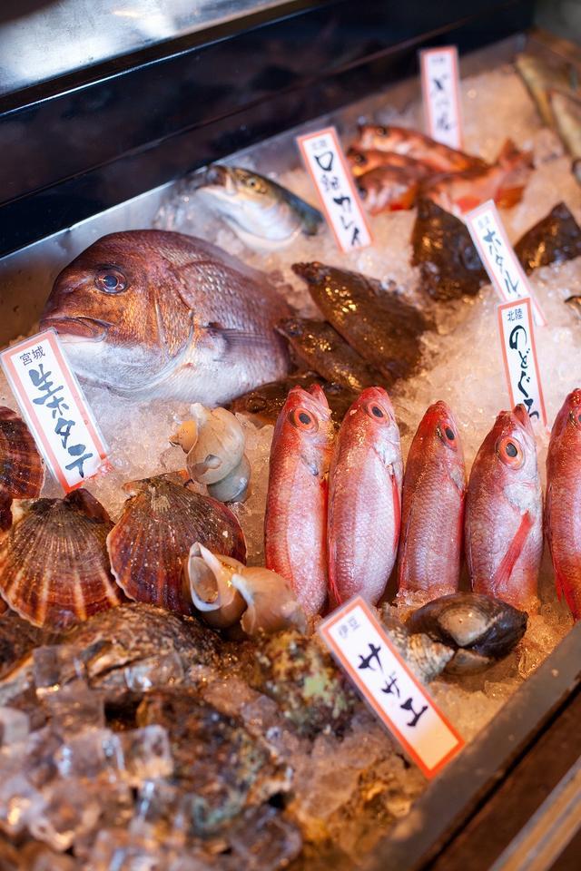 画像: 目の前の魚を選べるカウンター席で全国から選び抜かれた日本酒、焼酎を共に味わえる。今日のゴルフを振り返りながらの一杯は格別だ