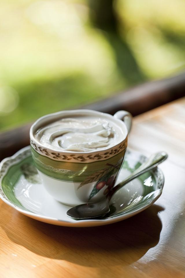 画像: ロイヤルミルクティ (万平ホテルが厳選した紅茶とまろやかなミルクのミルクティが堪能できる。ジョン・レノン直伝の逸品)
