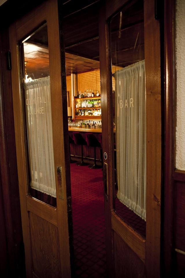 画像: 0.9気圧で気分良くラウンドしたあとは、万平ホテルのバーで一杯いきたい。イギリスの紳士ゴルファーになれるはずだ