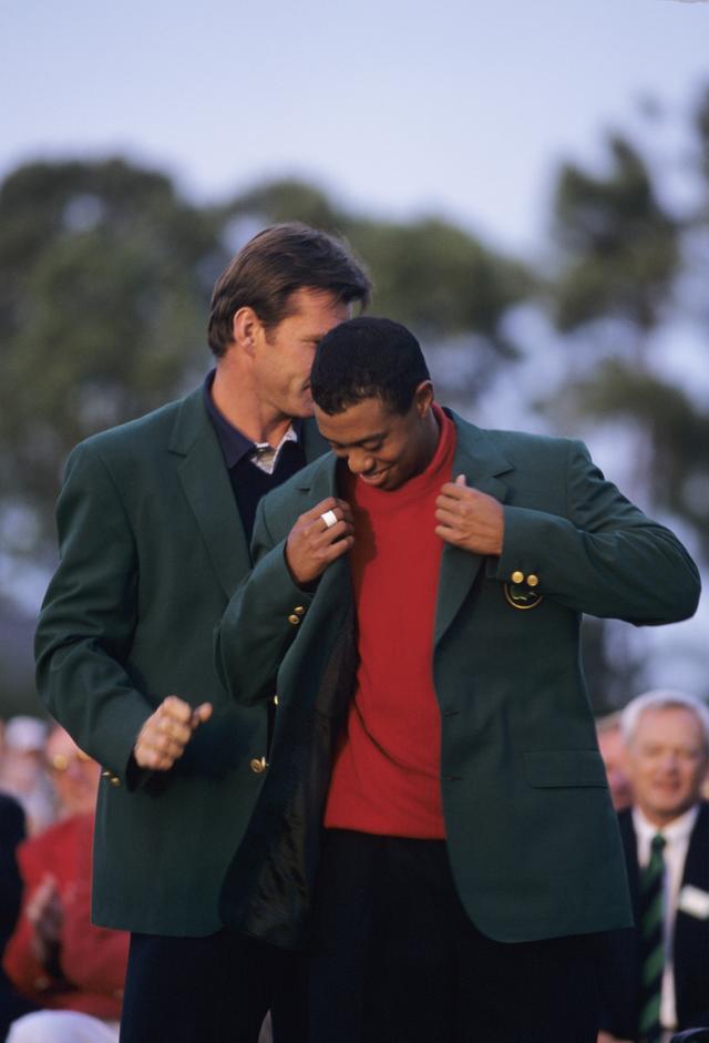 画像: 初のグリーンジャケットに袖を通すタイガー
