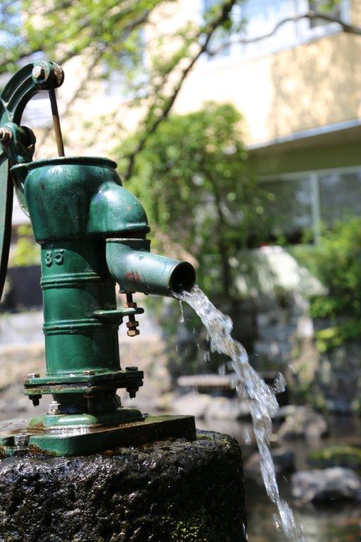 画像: 手汲ぎポンプもあります
