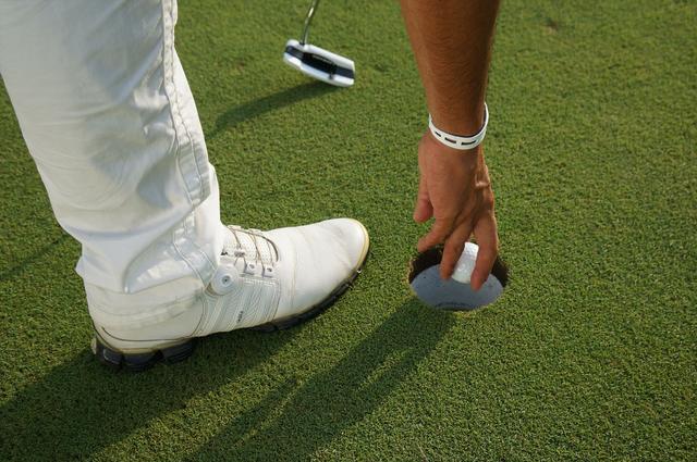 画像: カップインの後にボールを拾うとき、どこに足をついていますか?【マナー講座】 - みんなのゴルフダイジェスト