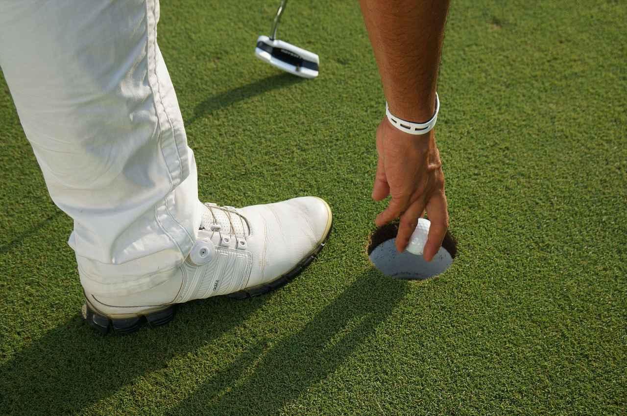 画像: 【マナー講座】カップインの後にボールを拾うとき - みんなのゴルフダイジェスト
