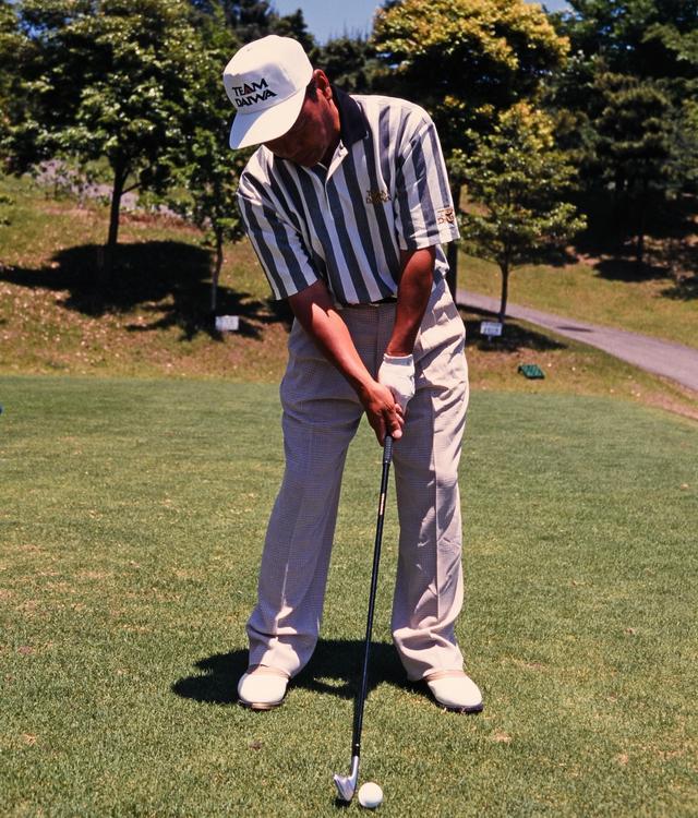 画像: 悪い構えの例。右肩を落とすのはNG