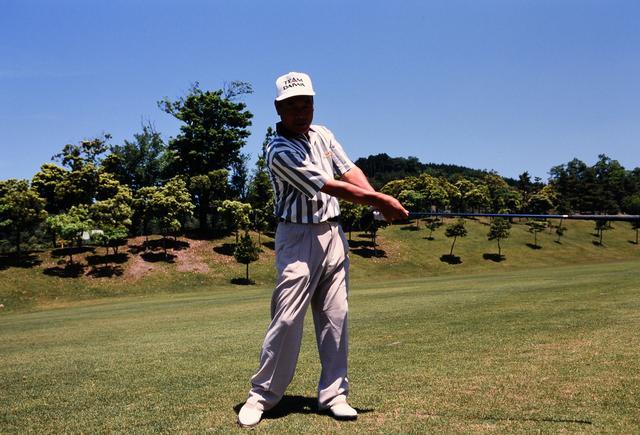 画像: 右に向けた体を左に向けるだけで、きちんとボールにコンタクトする
