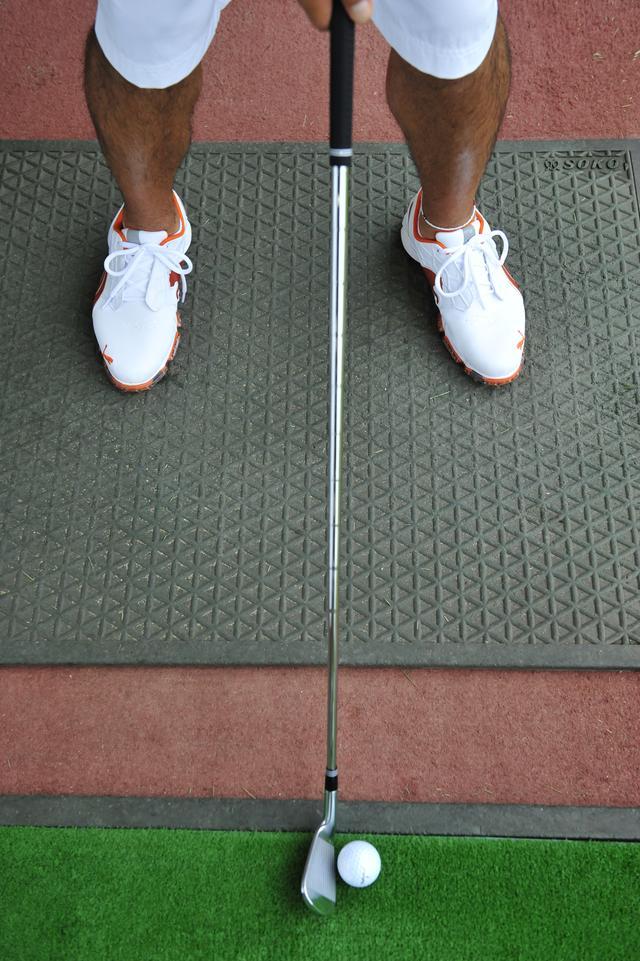 画像: ボール位置だけでなく、フェースのヒール寄りに構えることが重要