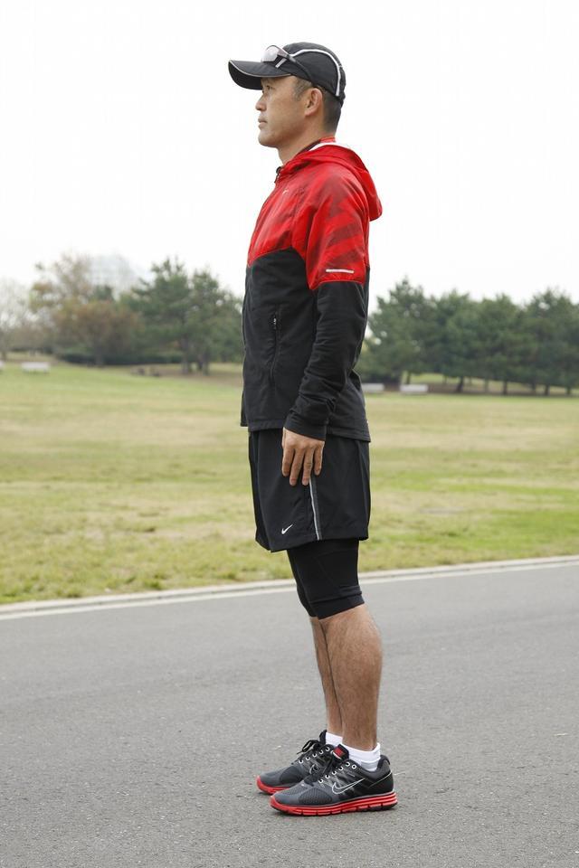 画像: 姿勢良く立つことが大事。背骨がS字を描くように立つ