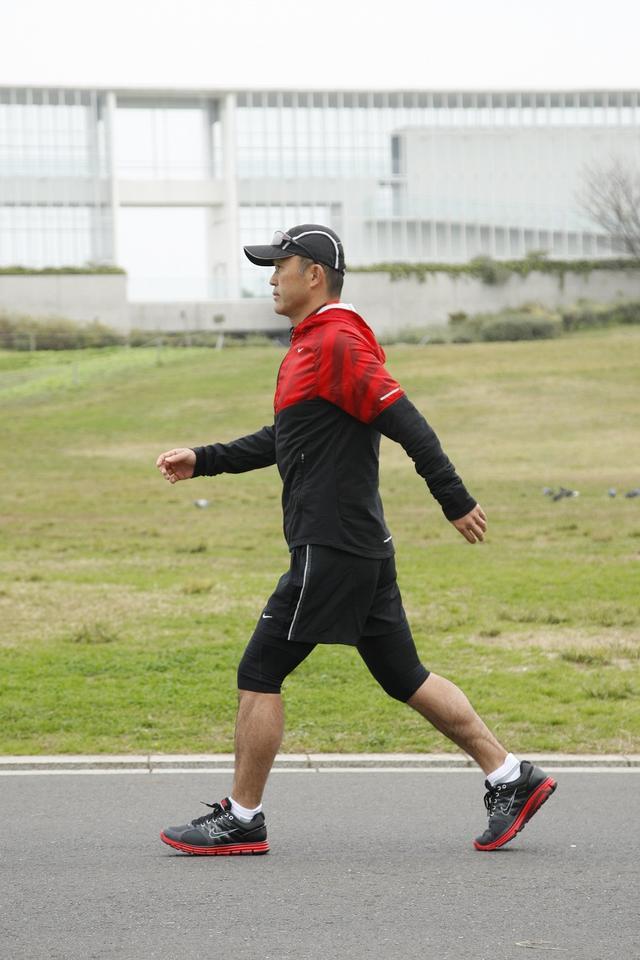 画像: 肩甲骨から動かして腕を振る