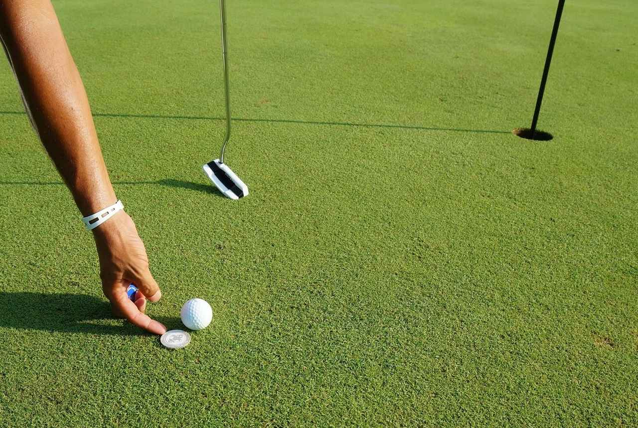 """画像: 【マナー講座】カップ近くは""""押し""""マーク - みんなのゴルフダイジェスト"""