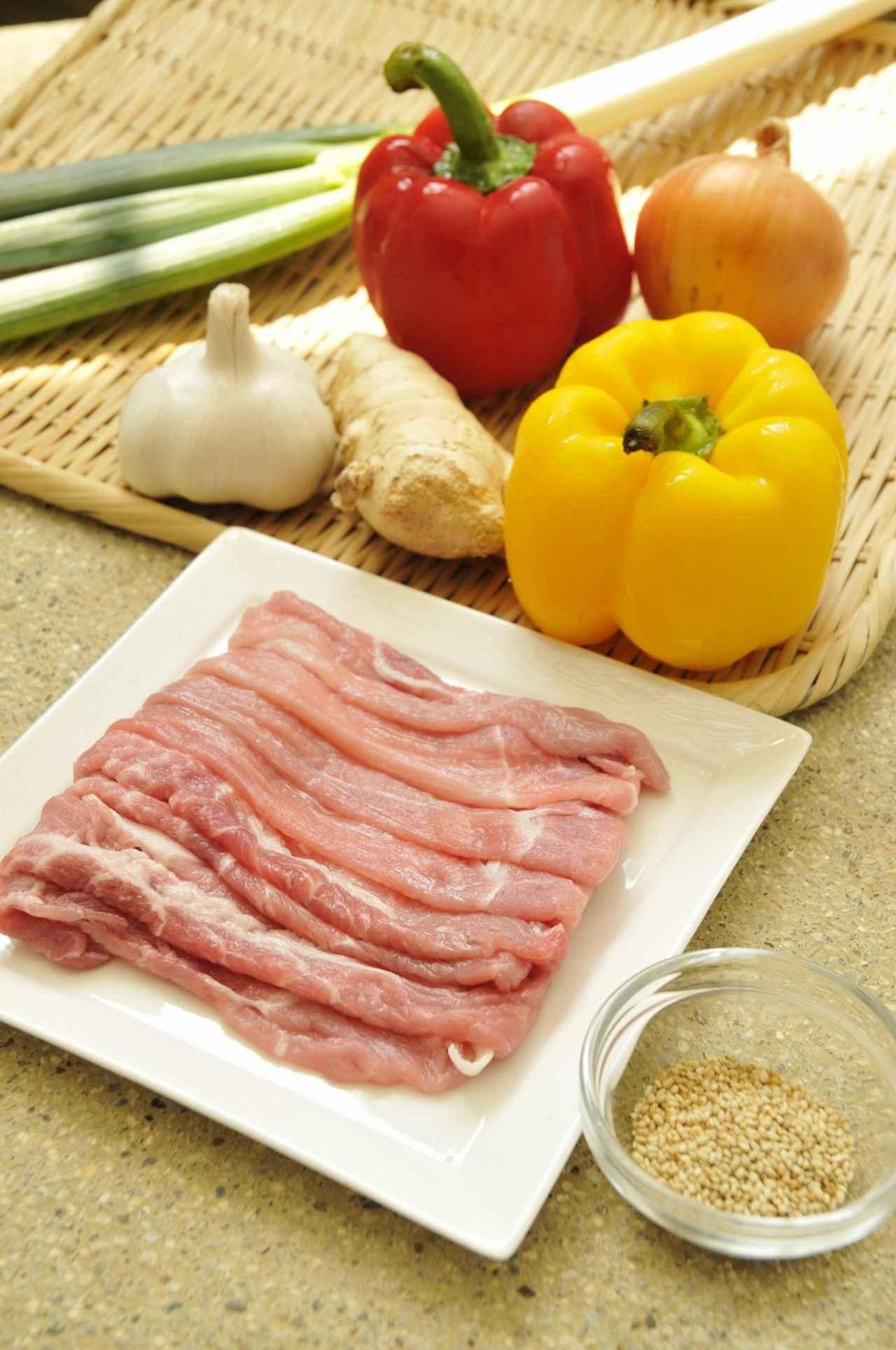 画像: 豚ローススライス 200g ごま油 小さじ2 パプリカ(赤・黄)各1/4個 長ねぎ(白髪ねぎ) 適量 万能ねぎ 適量 白ごま 適量