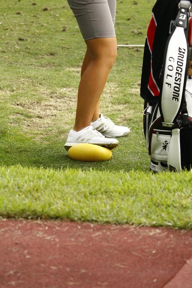 画像: 片足にだけボールを踏んでいる