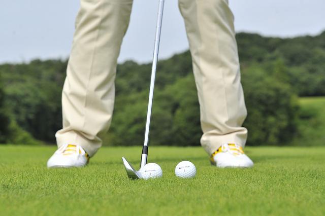 画像: ボール位置が左足すぎるのも原因。ダフらないためには、ボールイチも重要な要素。左すぎるとすくい気味になり、ダフリやすくなる
