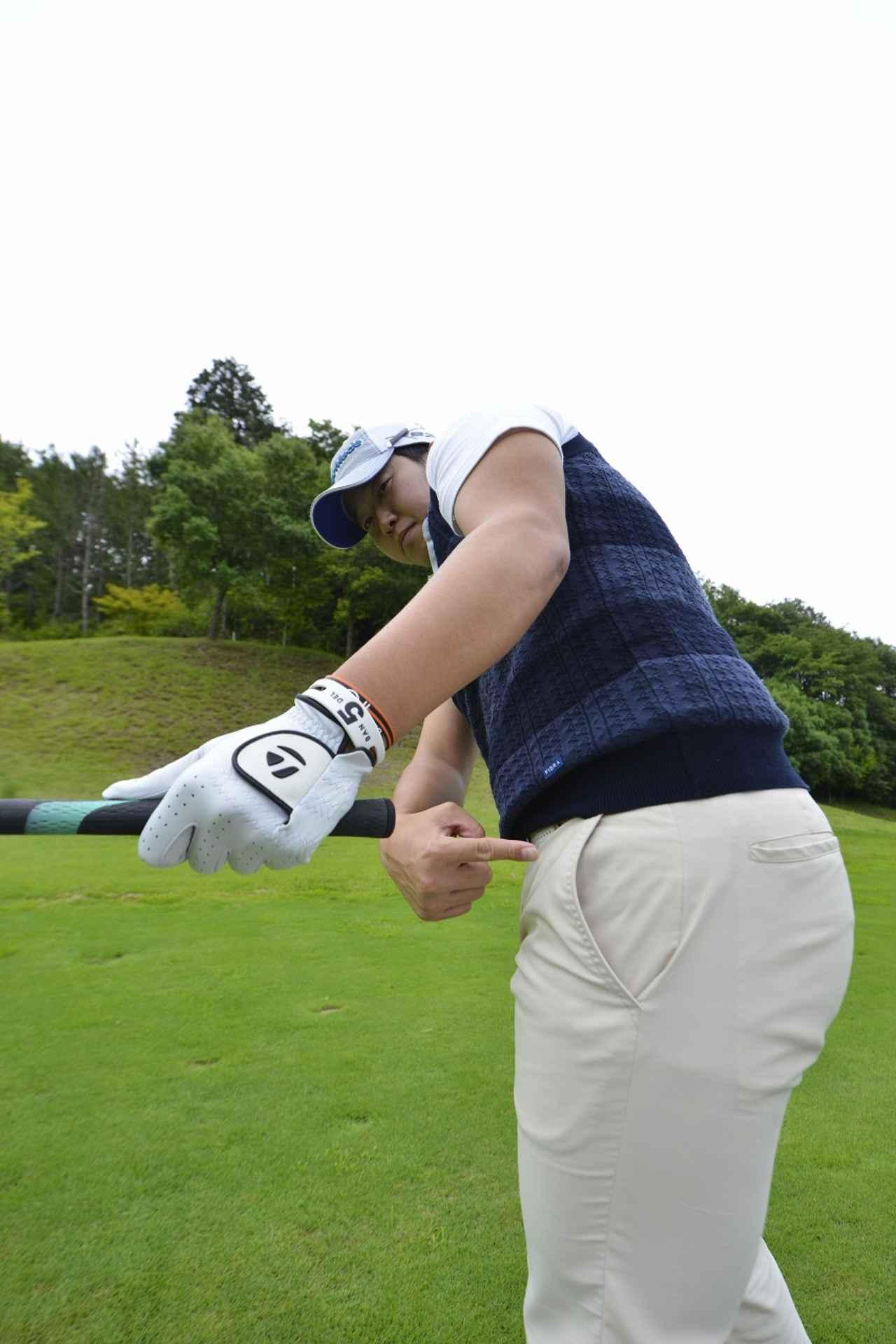 画像: グリップエンドは左腰を指し続ける。体とグリップの距離を保つためには、グリップエンドが左腰を指すようにクラブを下ろしてくるといい。