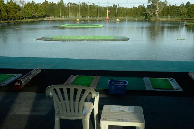 画像: 池に浮かんだグリーンに向かって打つ練習場。池ポチャ連発はツラいよ。