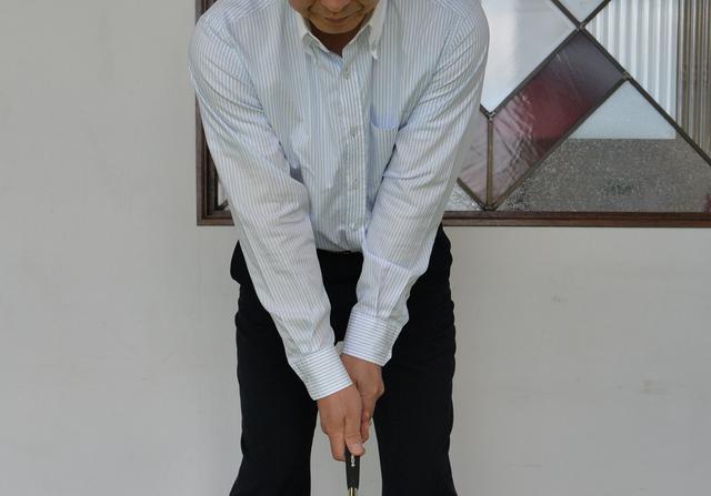 画像: 三角形は両腕を伸ばしてグリップ。軌道はイントゥインになる