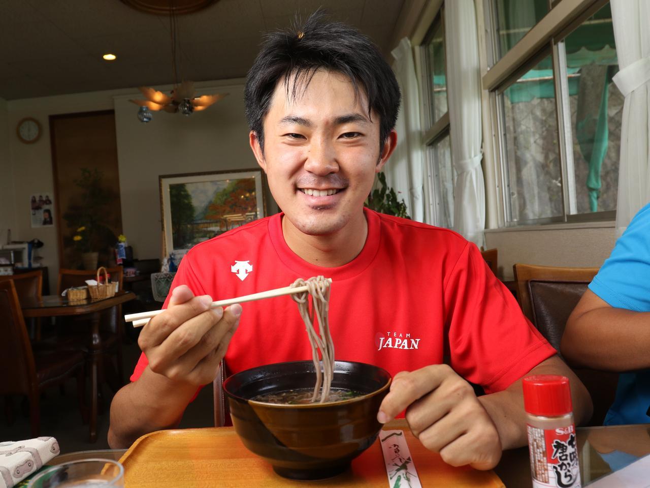 画像: 地元広島の練習場のレストランでそばをすする金谷君 写真/姉崎正