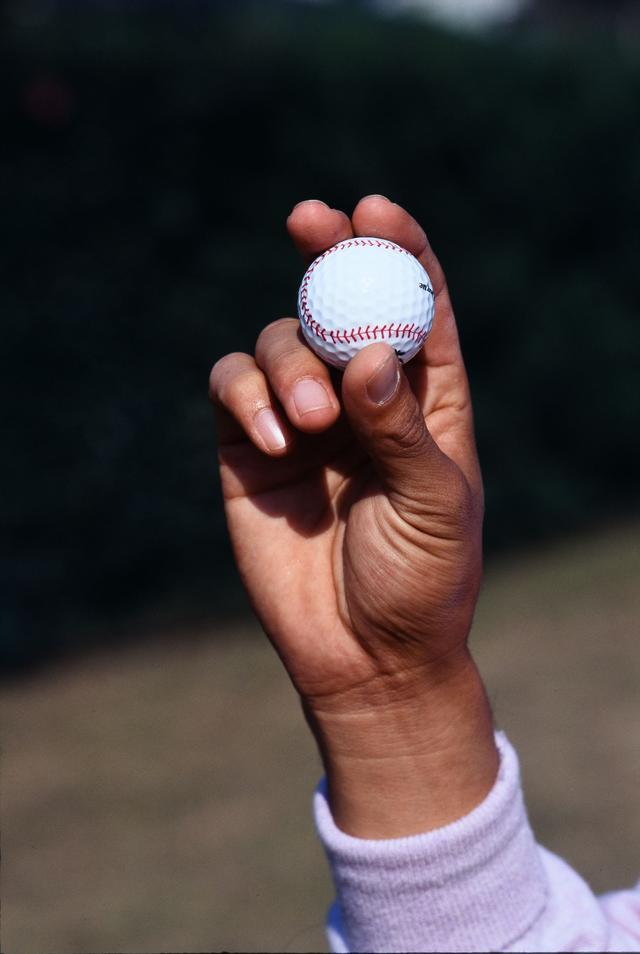 画像: 速球を投げるときは指で軽く握る