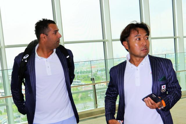 画像: 帯同キャディを務めるラジーフさんと片山晋呉プロ
