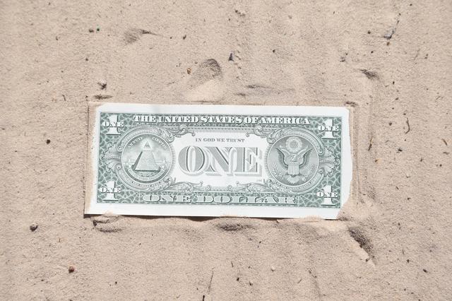 画像: 1ドル札ぶんの砂を 掃うように打とう