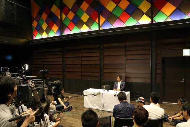 画像: 大勢の報道陣に囲まれる片山プロの出国会見