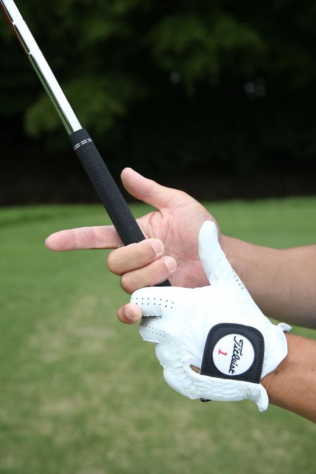 画像: 右手は中指と薬指で支える