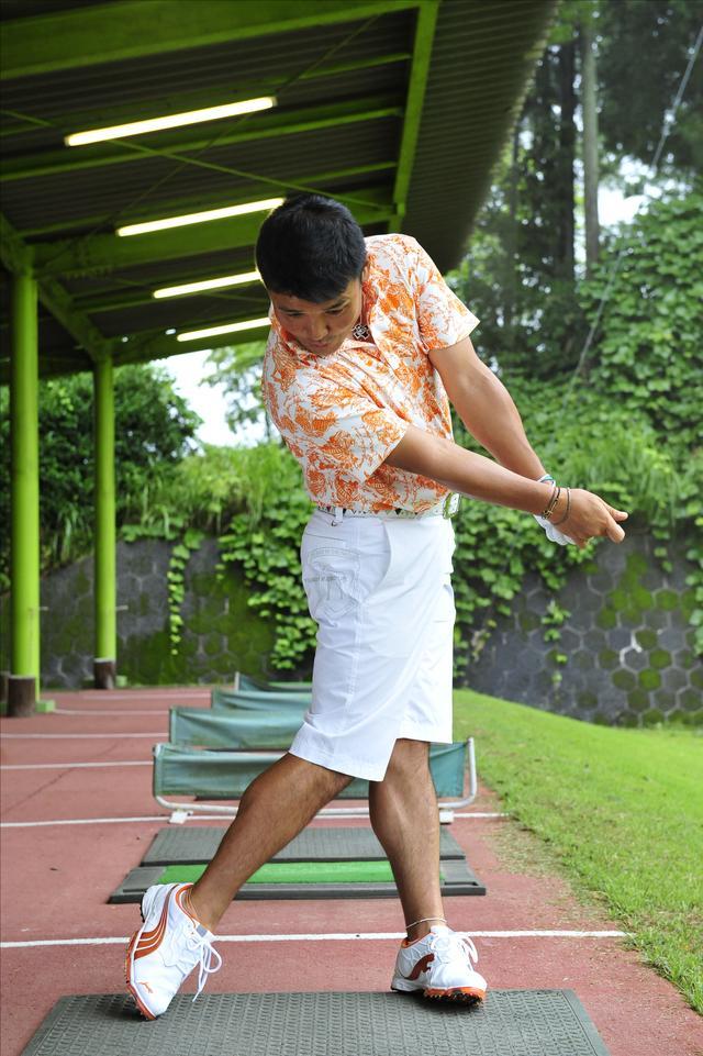 画像: 踏み込みと同時に腰を切る!