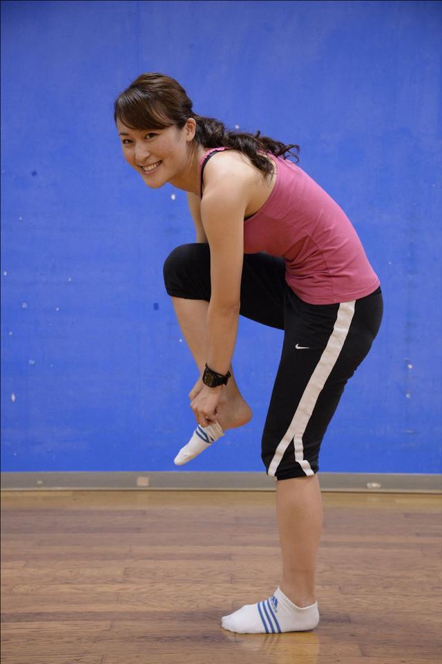 画像: 1.片足で立つ 2.腰を曲げる 3.足を引き上げる