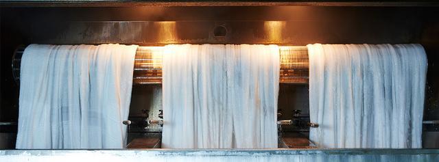 画像: 良質な水を使ったノリ抜き作業 www.maruei-towel.com