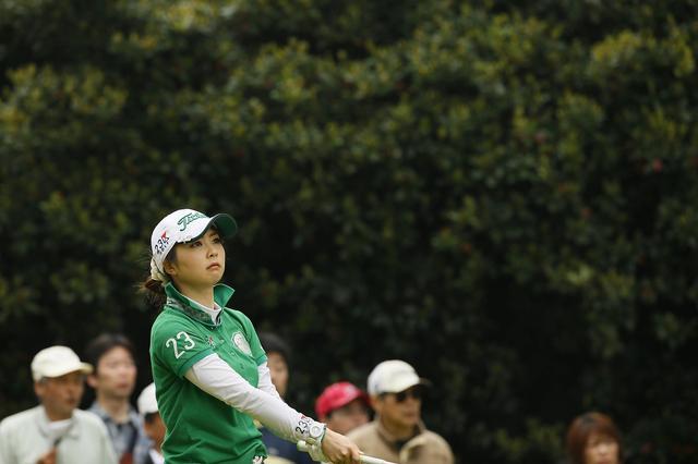 画像: 女子ツアー「アクサレディスゴルフトーナメント in MIYAZAKI 」で、ホールインワンを出した菊地絵理香。特別賞として賞金30万円と宮崎牛1キロをもらったそうだ