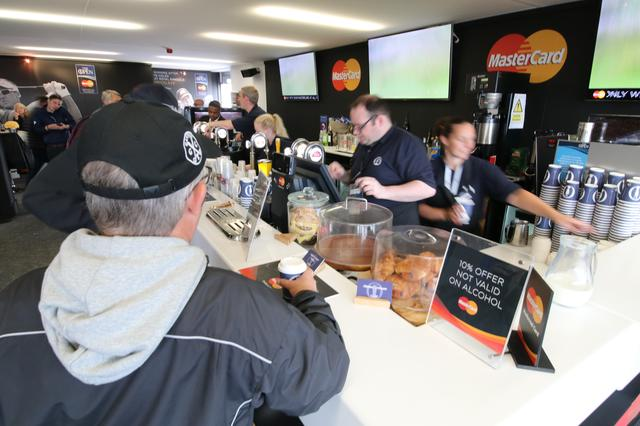 画像: バーカウンターはいつも賑い、ビール、ウィスキー片手にゴルフ談義に花が咲く