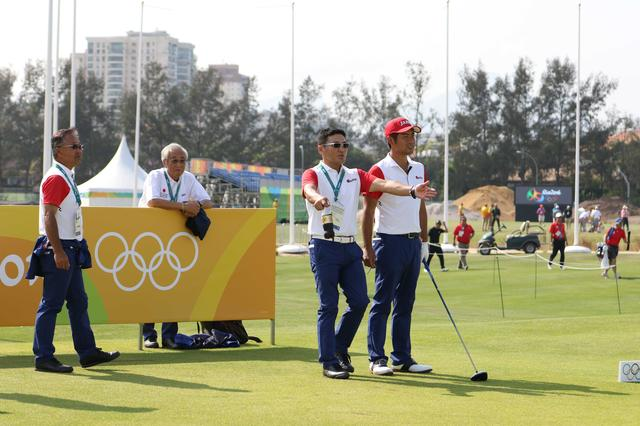 画像: 丸山コーチ、倉本強化委員長が付き添う形で練習ラウンドを行った池田