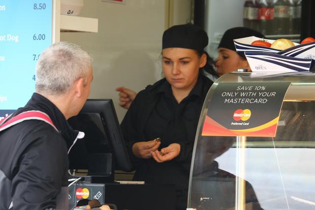 画像: コース内にはアイスクリーム、コーヒー、スナックなどの売店が点在。寒いのにアイスクリームがよく売れること。また、ここでもマスターカードがお得。