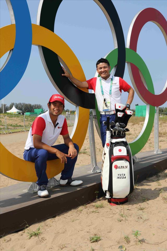 画像: オリンピックマークの前で丸山コーチと池田勇太