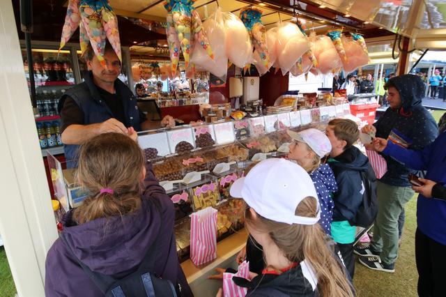 画像: 大人たちのためだけではなく「ザ・スペクターズヴィレッジ」には、子供たちのためのお菓子屋さんも。キャンディはチップス。チョコレートなど好きなものが一杯。子供たちは目を輝かせていた