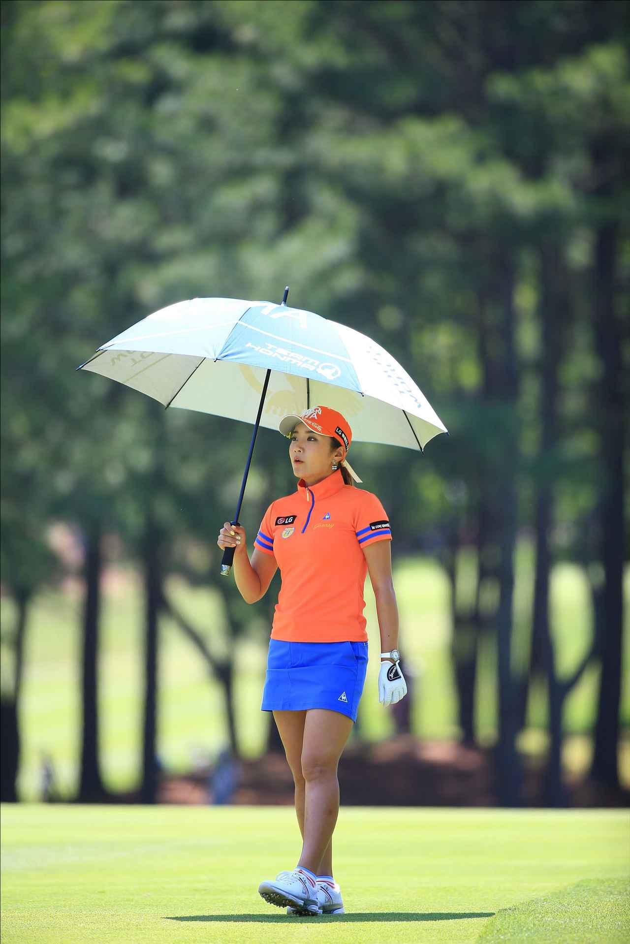 画像: 待っている間は日傘をさして