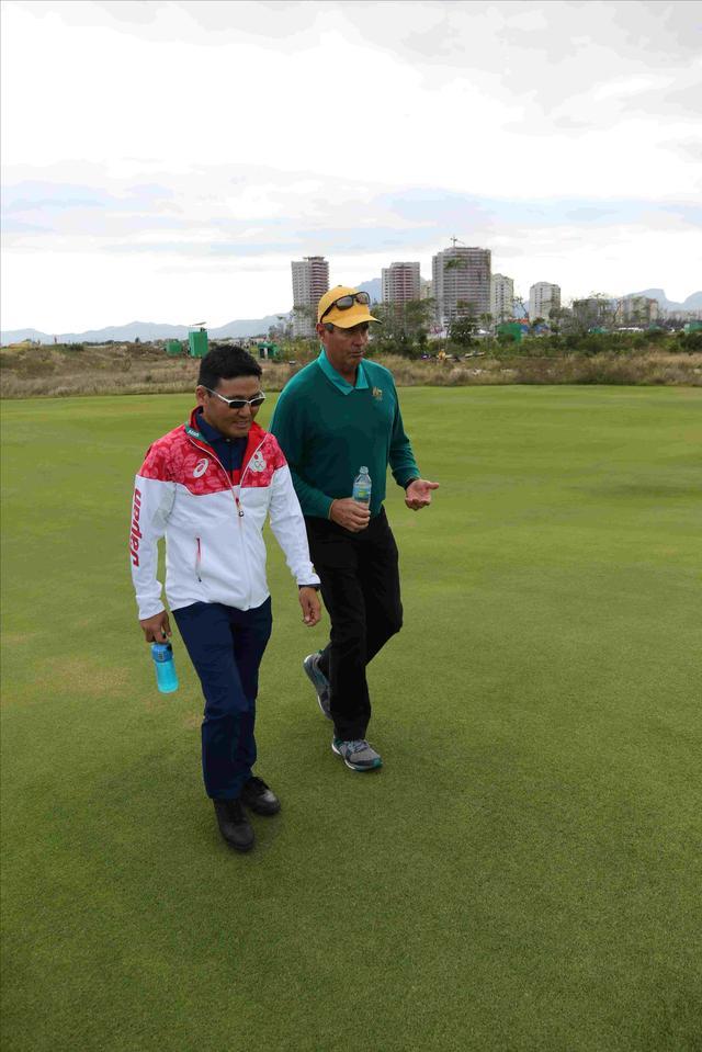 画像: オーストラリアのコーチ、イアン・ベーカーフィンチと語らう丸山。このコースは、丸山が得意だったロイヤルメルボルンにそっくりという話で意気投合したそうです