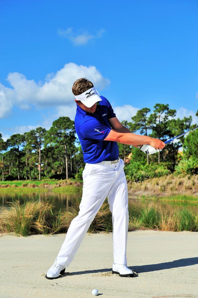 画像: 体の回転を忘れずに クラブは体の正面をキープし、両ひざの高さをかえない