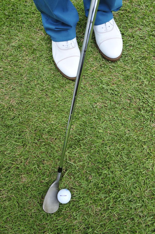 画像: ボールは右足寄りにセット