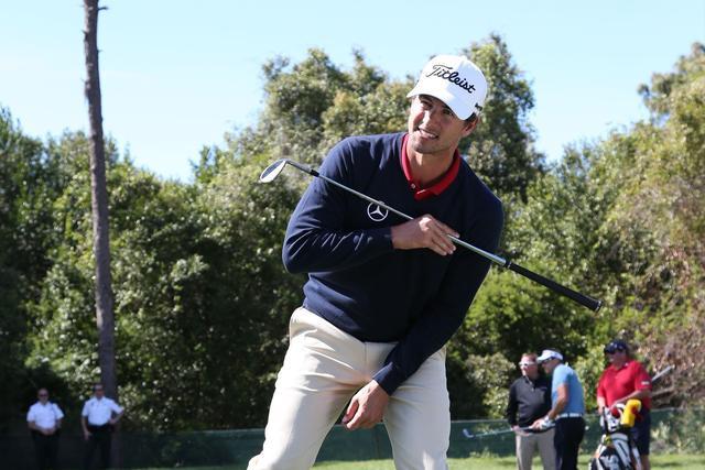 画像: 左足下がりは平らに打つ【アダムの魔法のアプローチ】 - みんなのゴルフダイジェスト