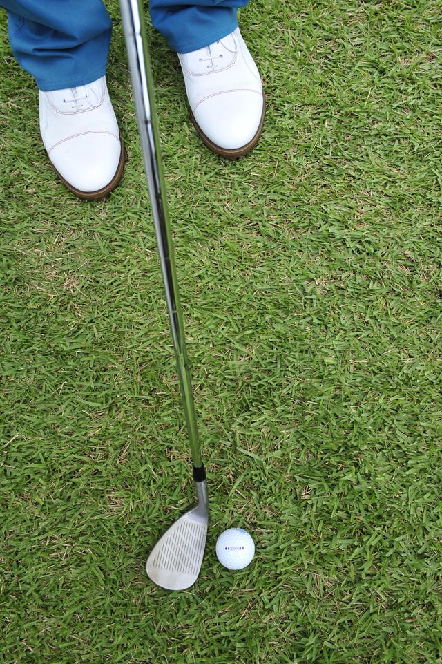 画像: ボール位置を左足よりにセットし、フェースを開く