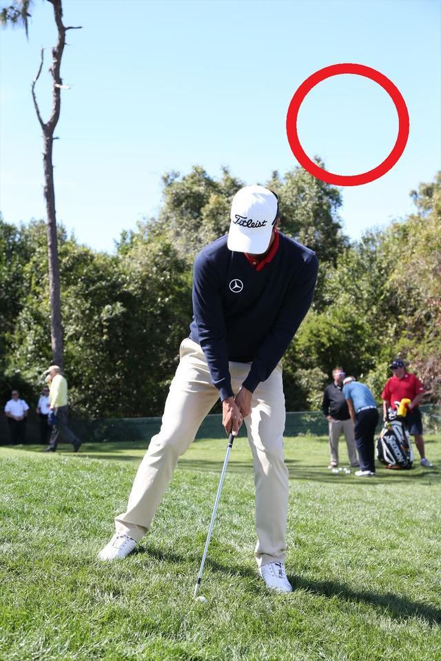画像1: 左足下がりは平らに打つ【アダムの魔法のアプローチ】