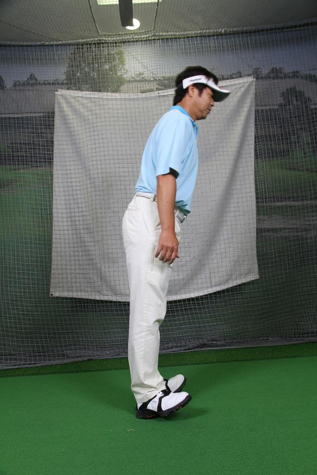 """画像7: アドレスは""""腰""""と""""ひざの角度""""が大事!野球の守備の姿勢で構えよう。"""
