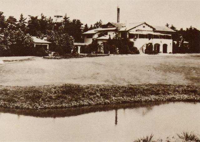 画像: 昭和19年6月にコースの閉鎖が決定。戦時農場と化した廣野GCのクラブハウス周辺には農機具が置かれ、名門の面影は無残にも失われていった…