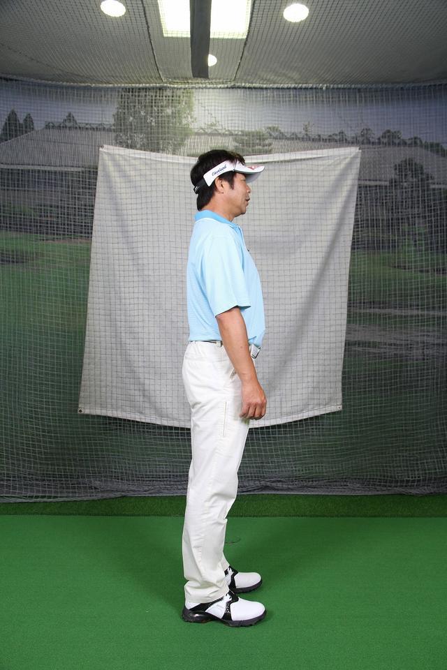 """画像1: アドレスは""""腰""""と""""ひざの角度""""が大事!野球の守備の姿勢で構えよう。"""