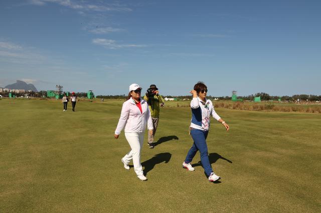 画像: 韓国チームのコーチと一緒にコースを歩くインビー